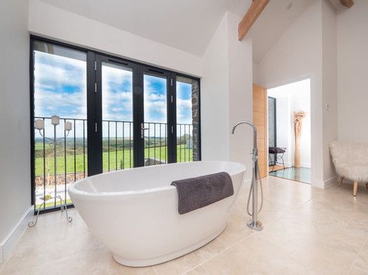 The Old Hay Barn. Cornwall. Bath with a view.