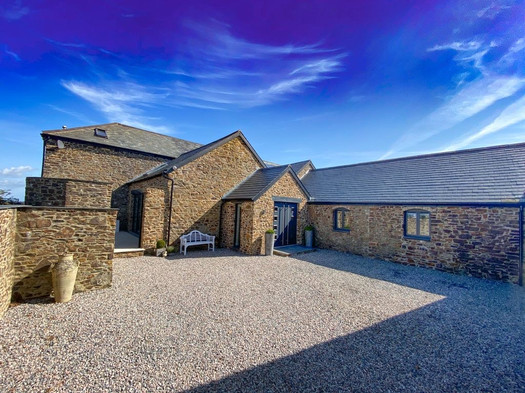 The Old Hay Barn. Cornwall. Courtyard and Driveway.