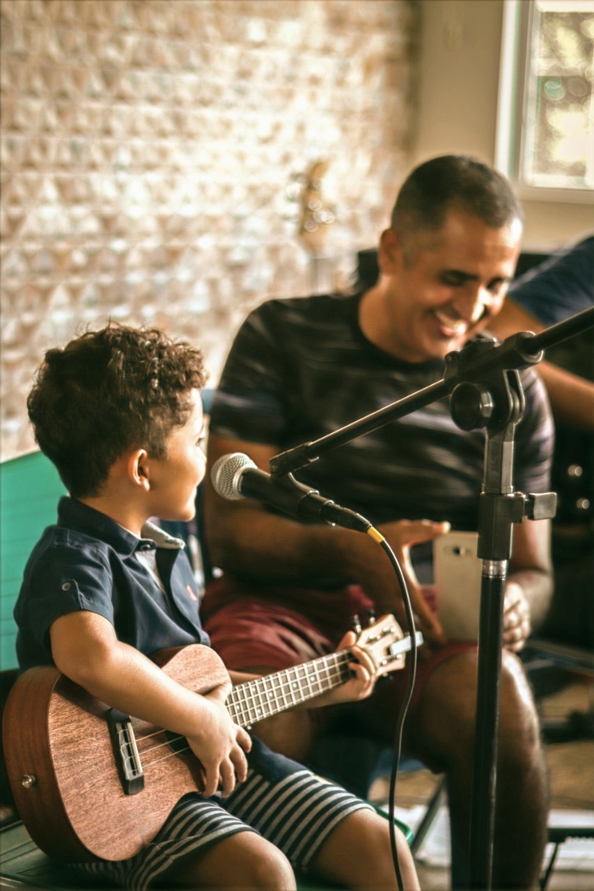 Gabriel Luís (Ukulele Kids) e seu pai coruja Gilvan (Odim)