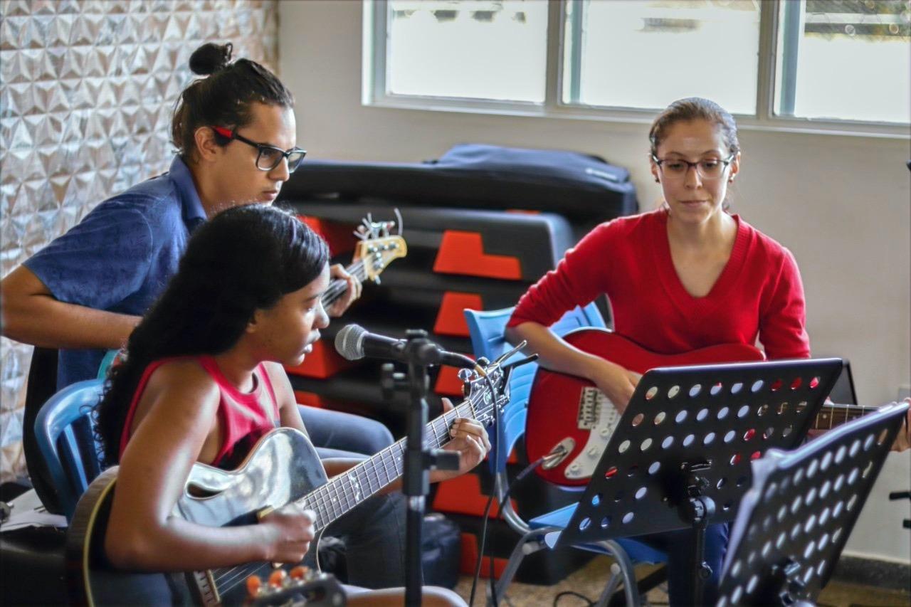 Yasmin (Violão) / Nathália Alves (Guitarra)