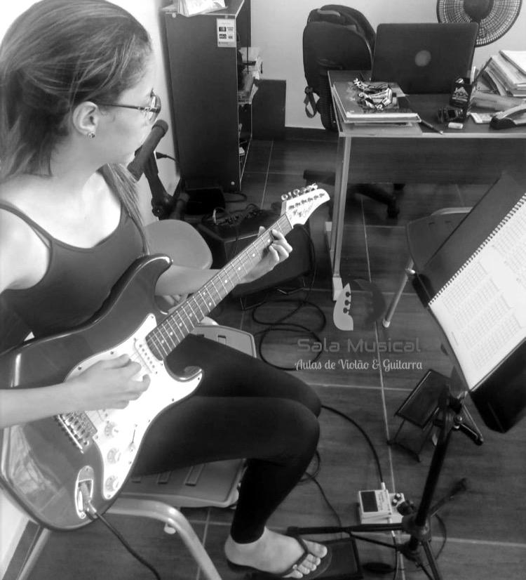 Nathália Alves (Guitarra)