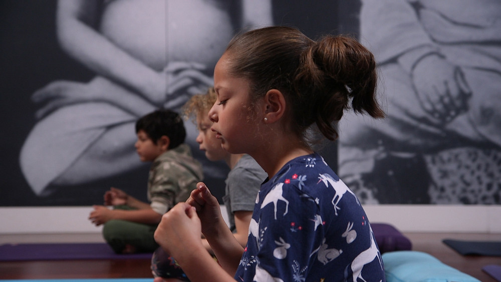 Children meditating at a Vibras Meditation class