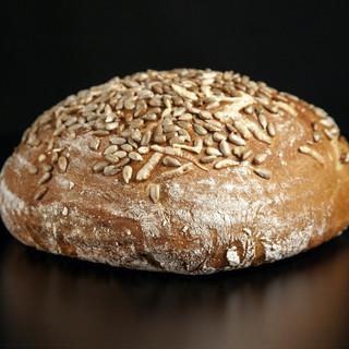 Žitný chléb se sýrem a slunečnicovým semínkem