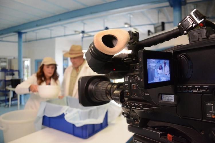 Z natáčení Toulavé kamery v naší mlékárně