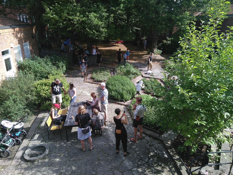 Folk chillar på bakgården.jpg