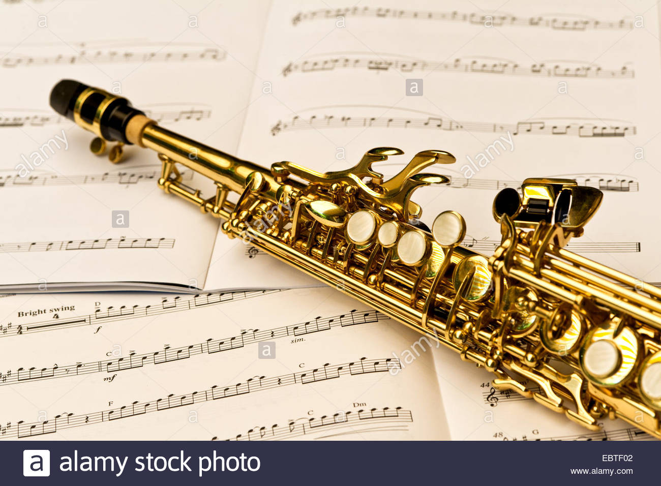 close-up-di-un-sassofono-soprano-e-note-musicali-ebtf02