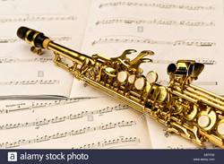 close-up-di-un-sassofono-soprano-e-note-musicali-ebtf02