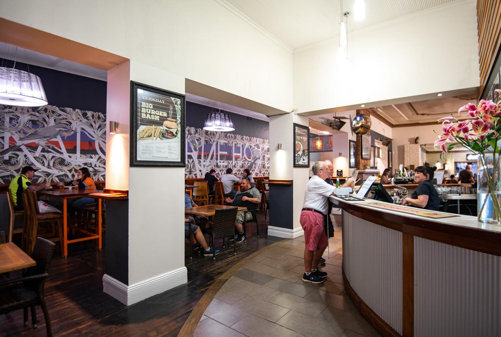 Kalgoorlie-Hotel-Entry-to-Bar-and-Bisrto