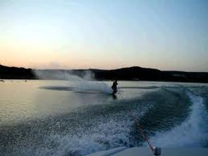 Lake Eucumbene water_skiing.jpg