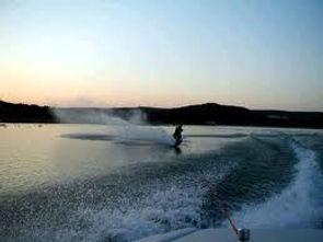 Lake Eucumbene water_skiing.jpg