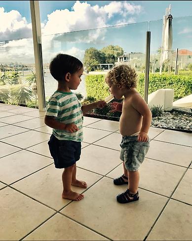Toddlers sharing iceblock