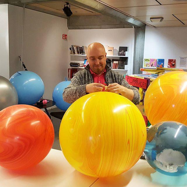 Aligning the planets. Eventyrlig Dekor klargjør ballong planeter på rekke og rad klar til montering i Stavanger Kulturhus.