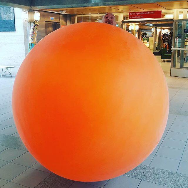 Måne og sol. En STOR ballong skulle pryde kulturhuset denne helgen sammen med flere planeter laget av ballonger.