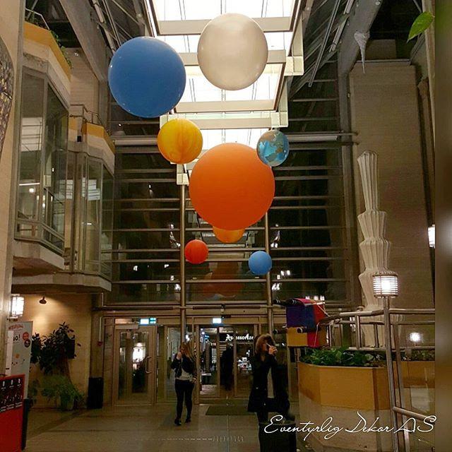 Ballongdekor - Solsystemet ferdig montert av Eventyrlig Dekor i Stavanger Kulturhus under barnas verdensdag som hadde verdensrommet som tema.