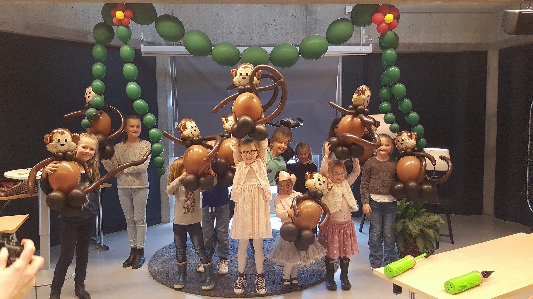 Stolte barn med de flotteste apekatter.