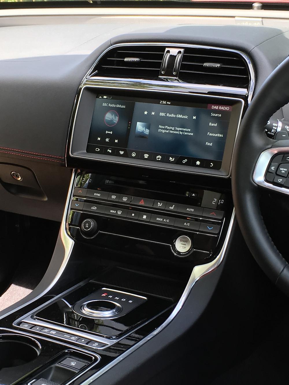 Jaguar XE AWD - centre console