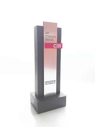 troféu em madeira pintada e placa metalizada