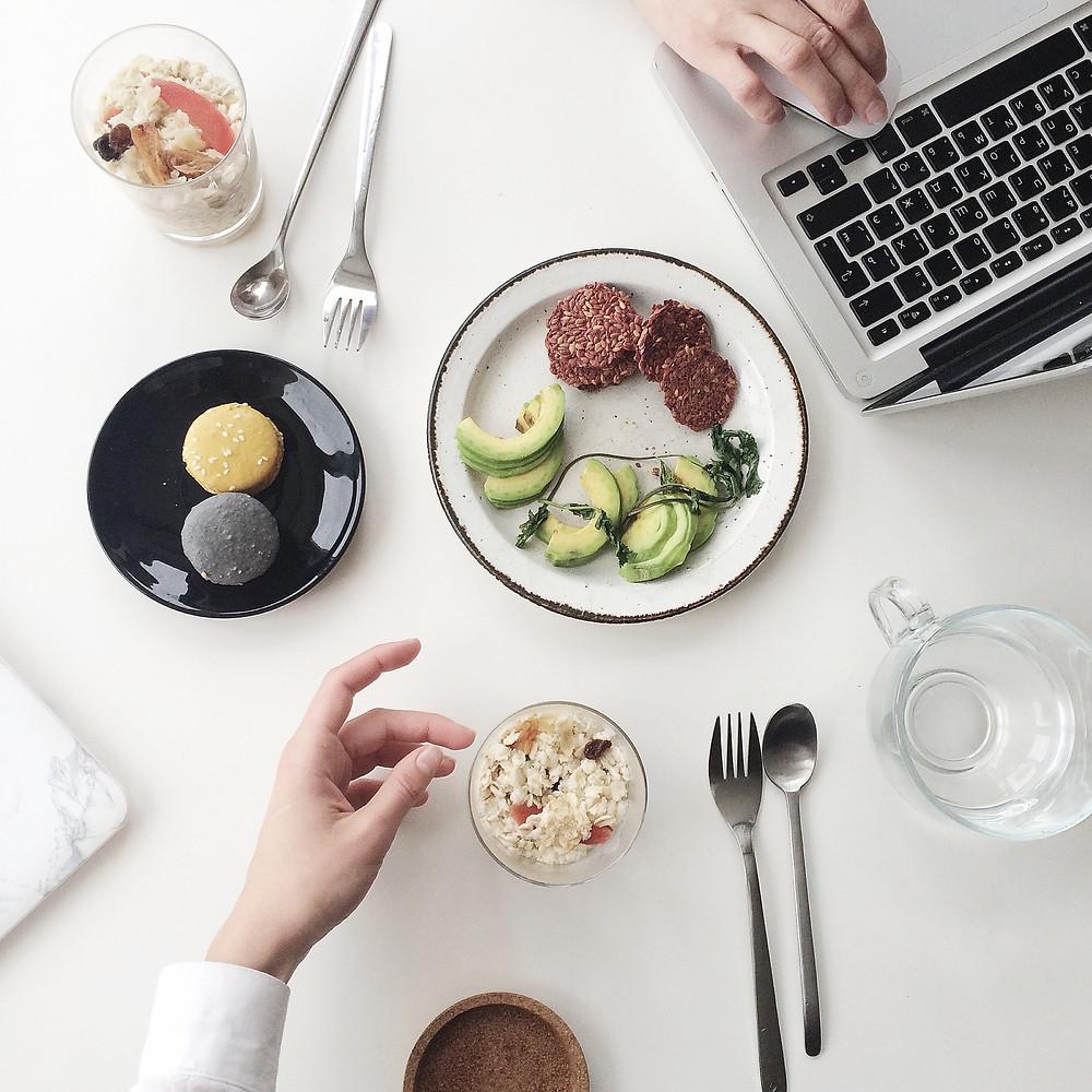 Mesa com computador e comida