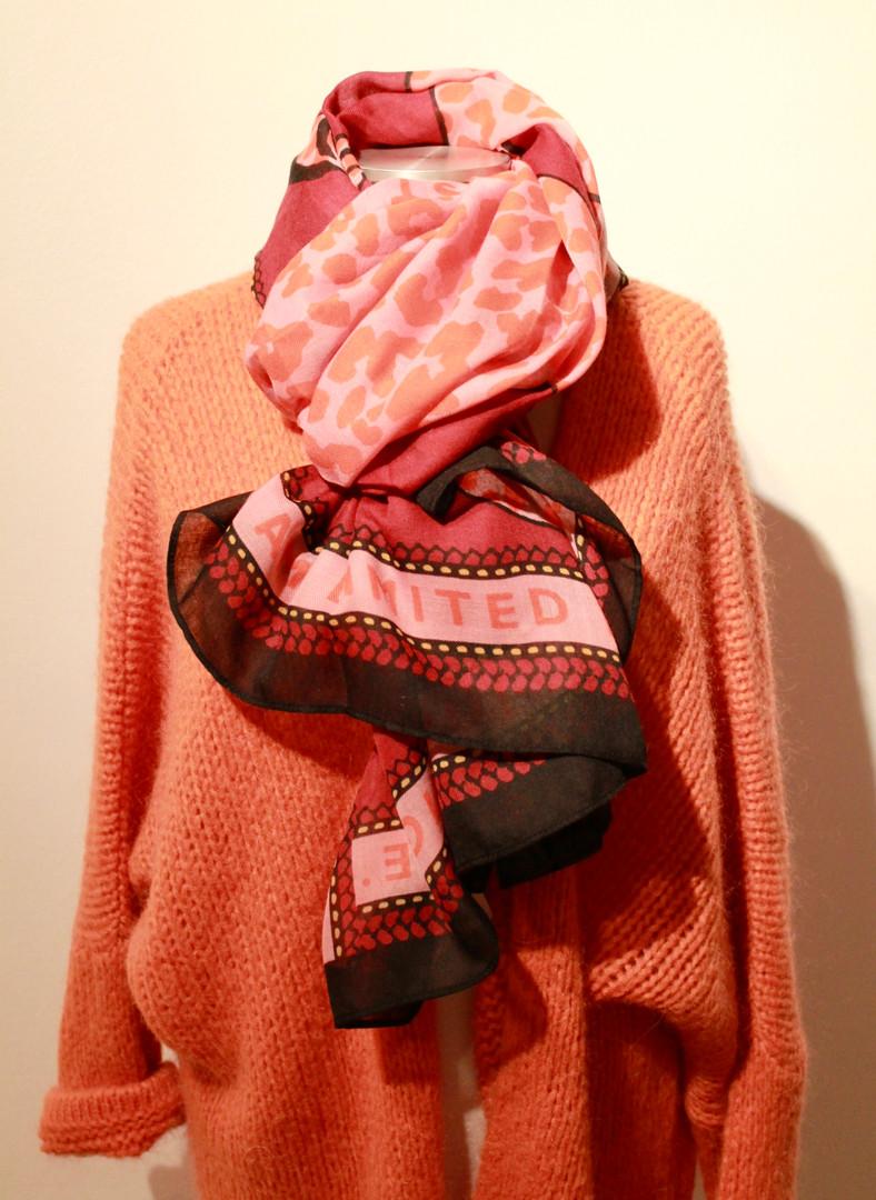 Strickjacke und Schal