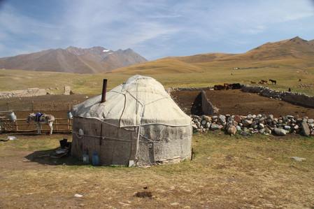 Yurt met landschap Kirgizië.jpeg