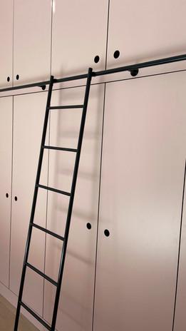 Slaapkamer met bureau en kastenwand