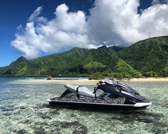 Surfing tahiti. Surf spots in tahiti. Boats to waves in tahiti
