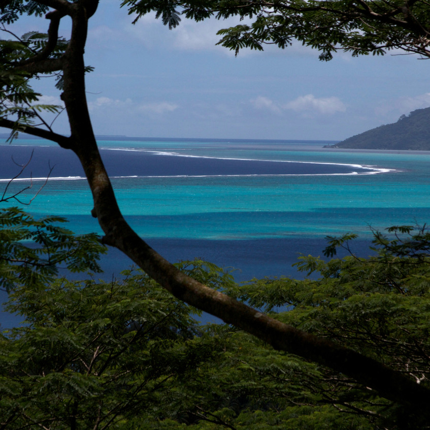 Tahiti Surf Trips, Tahiti Surf Excursions. 6 day / 5 nights surf hostel in Tahiti. Includes surf transfers, airport pickup, breakfast and guided adventures. 4x4surftours Tahiti.