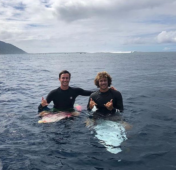 Surfing in tahiti. Surf guide tahiti