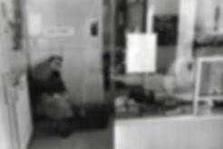 L'hôpital de province, le théatre de l'oubli. Photographies de Jacques Bravo. femme rentrant dans un hopital avec valise