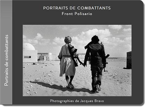 deux soldats du Front Polisario se tiennent la main