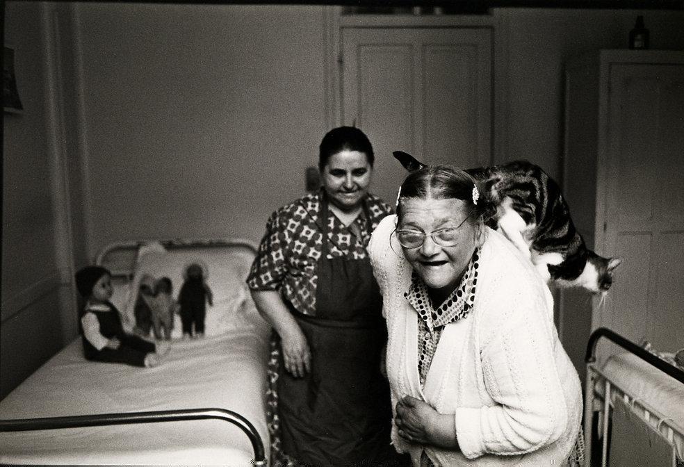 L'hôpital de province, le théatre de l'oubli. Photographies de Jacques Bravo. deux femmes avec un chat et des poupées