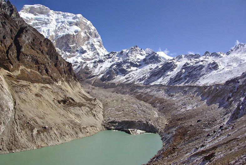 lac de montagne au Népal, tremblements de terre, avalanches