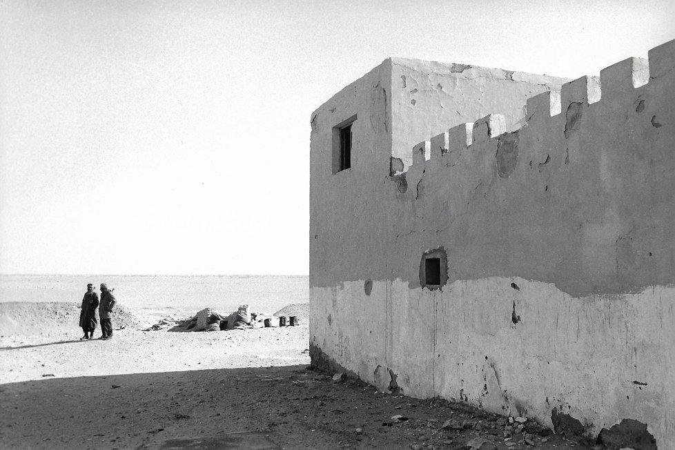 Front Polisario.  Maroc. Photographies de Jacques Bravo. Deux soldats gardant un fort dans le désert