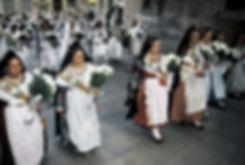 Le défilé des femmes apportant les fleurs pour la Vierge desdésemparés pendant les fallas de Valence en Espagne. Photographie de Jacques Bravo