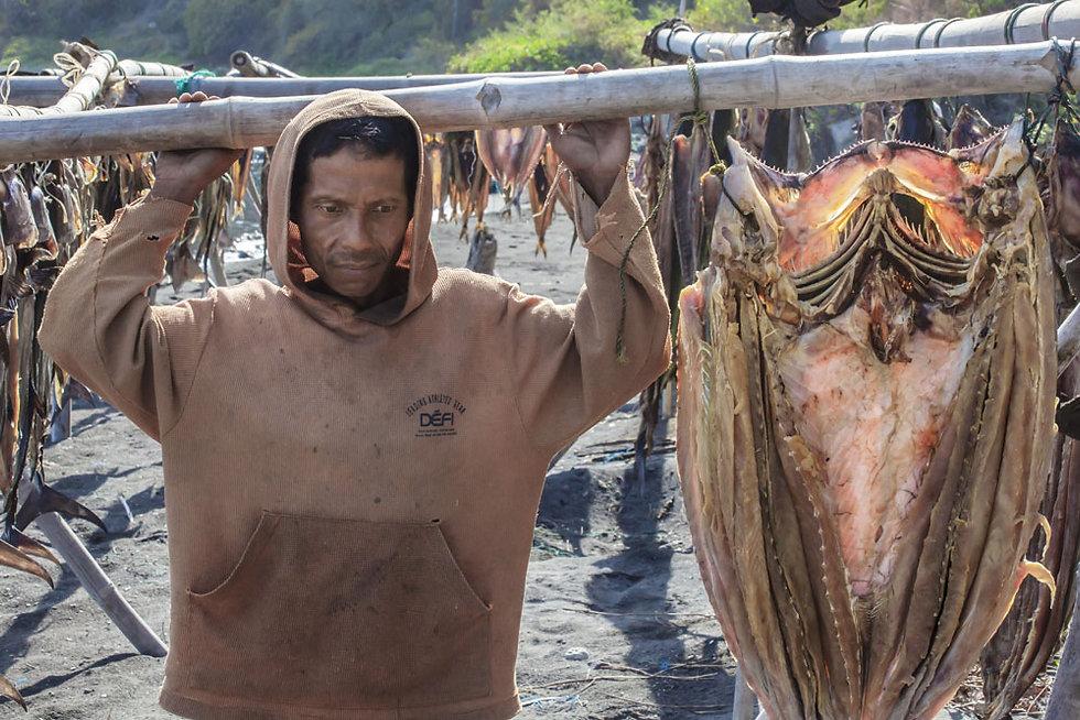 Pêcheur su l'ile volcanique de Komba en Indonesie, Jacques Bravo