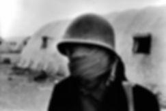 Front Polisario. Maghbès. Maroc. Photographies de Jacques Bravo. Combattant avec un casque devant des casemates