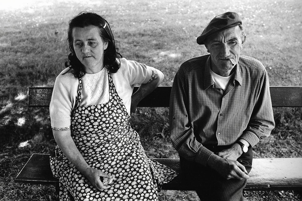L'hôpital de province, le théatre de l'oubli. Photographies de Jacques Bravo. un homme et une femme sur un banc