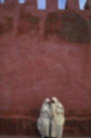 femmes devant mur Essaouira-Maroc. Jacques Bravo