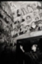 Le mur des coulisses de l'opéra de Budapest orné de dessins des musiciens et chanteurs
