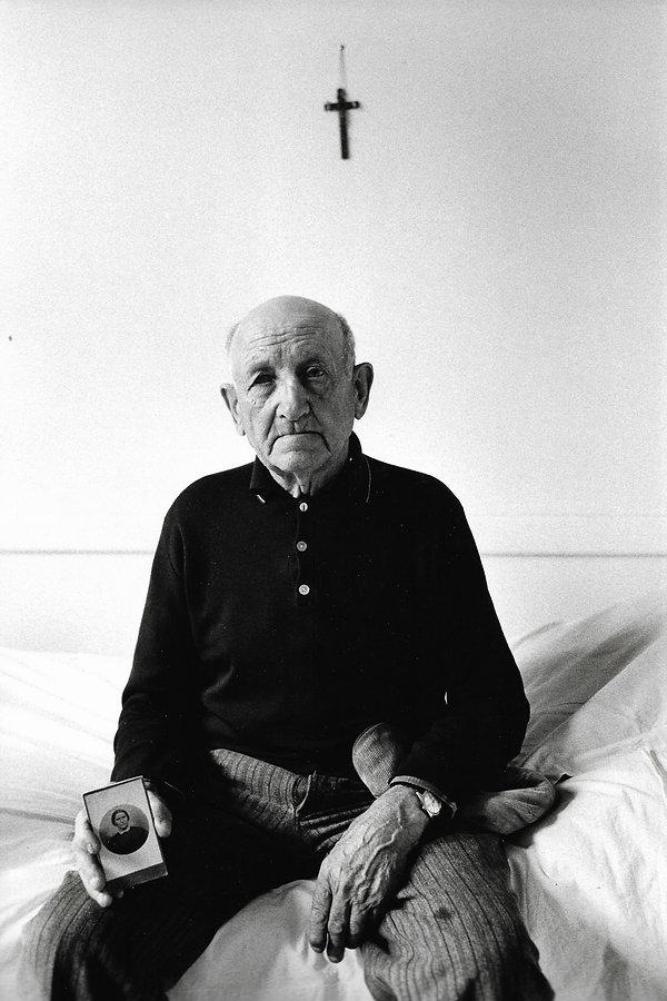 L'hôpital de province, le théatre de l'oubli. Photographies de Jacques Bravo. un homme montrant le portrait de sa mère