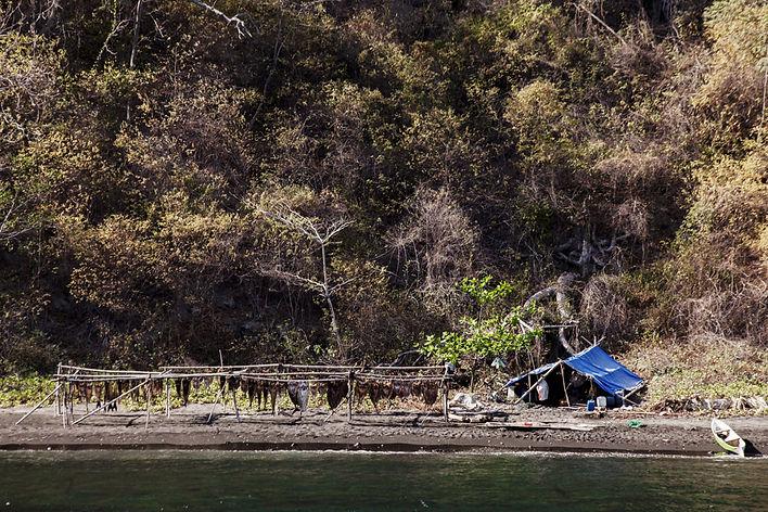Un campement de pêcheurs sur l'ile volcanique de Komba en Indonesie, Jacques Bravo