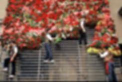 La pose des fleurs sur la Vierge desdésemparés pendant les fallas de Valence en Espagne. Photographie de Jacques Bravo