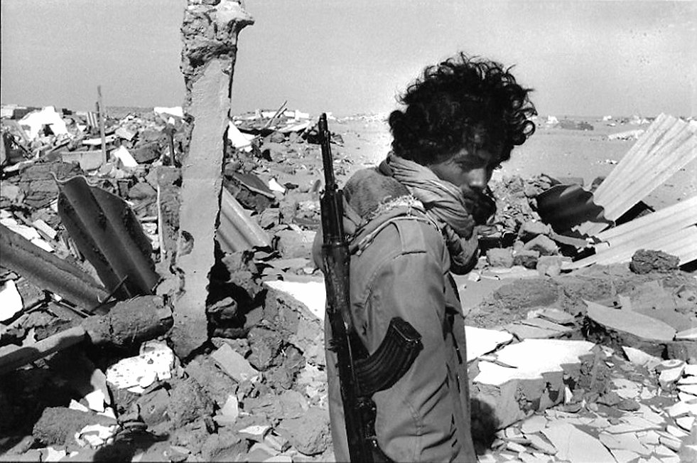Front Polisario. Bire Enzaran. Maroc. Photographies de Jacques Bravo. Combattant dans des ruines