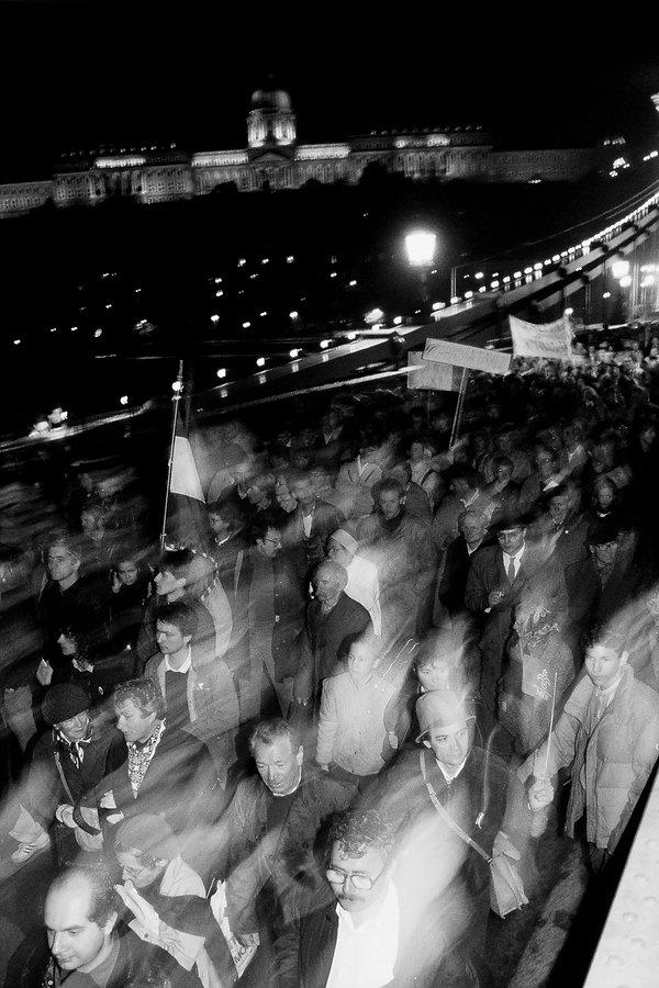 Des manifestants sur le Pont des Chaînes à Budapest