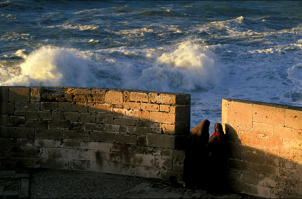 femmes devant ocean-Essaouira, Maroc. Jacques Bravo