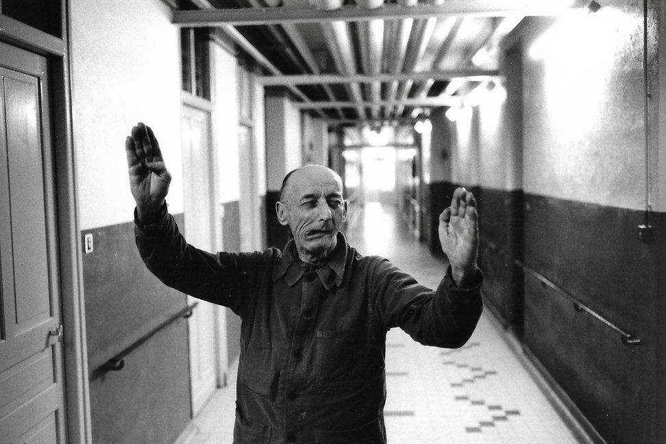 L'hôpital de province, le théatre de l'oubli. Photographies de Jacques Bravo. un homme grimaçant