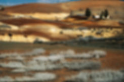 Une ferme sur sa colline, un terroir dont les lignes élégantes n'ont rien à envier à la Toscane.. Jacques Bravo