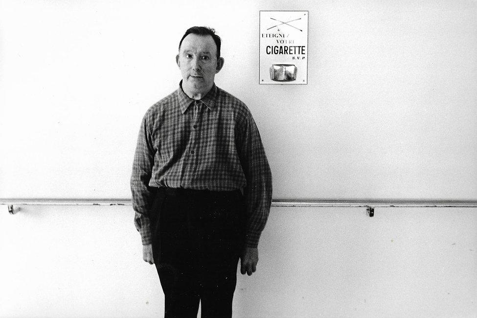 L'hôpital de province, le théatre de l'oubli. Photographies de Jacques Bravo. un homme cache une cigarette