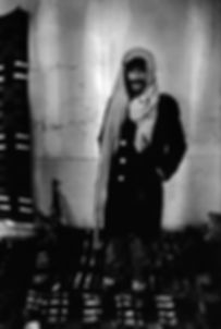 Front Polisario. Mahbès. Maroc. Photographies de Jacques Bravo. Combattant avec kalachnikov sur le sol