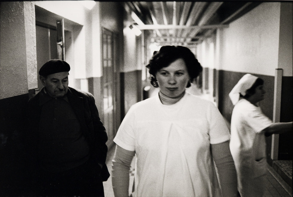 L'hôpital de province, le théatre de l'oubli. Photographies de Jacques Bravo. un homme regardant de dos une infirmiere